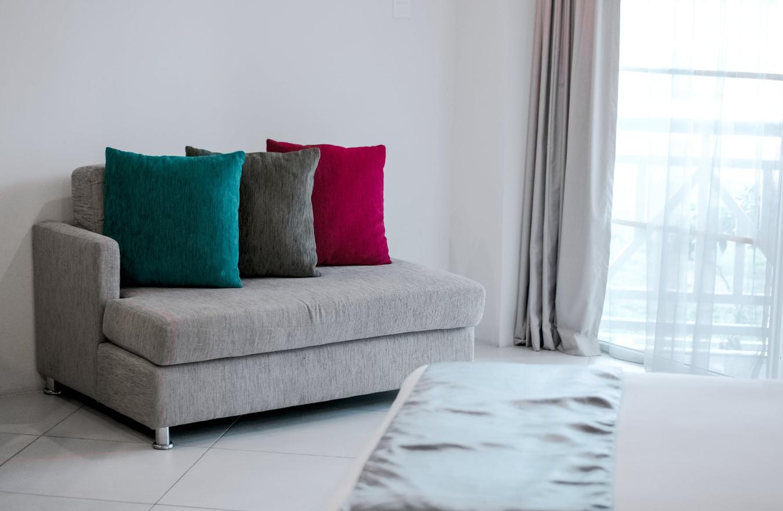 jasny pokój z kolorowymi poduszkami
