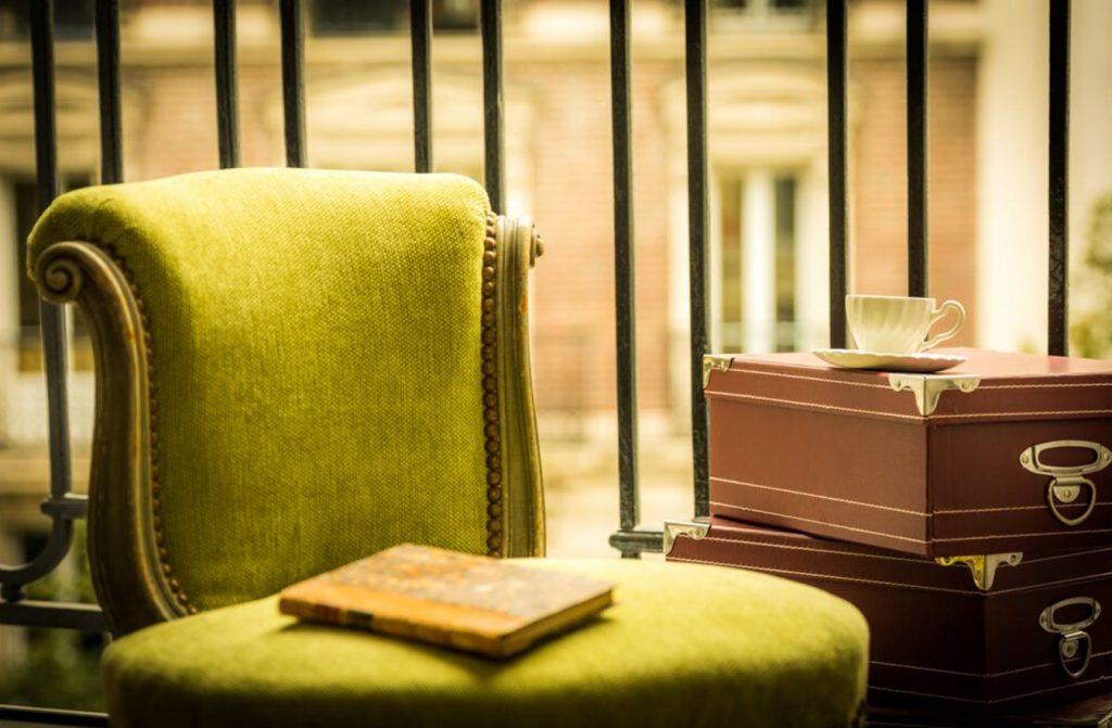 krzesło z zielonym obiciem