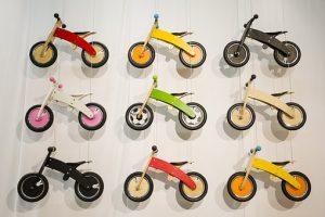 rowerki-biegowe-wiszace-na-scianie