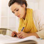 studentka pisząca pracę